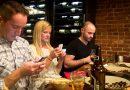 Smartphone bij etentje zorgt ervoor dat je minder plezier hebt