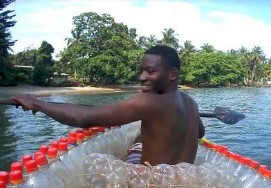 Deze vissersboten in Kameroen zijn gemaakt van duizenden plastic flessen