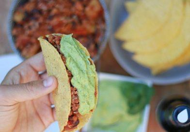 Vegan taco's met tofu, zoete aardappel en avocado-limoen crème